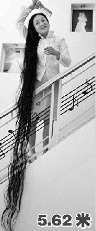 62米长发的谢秋萍入选   2011年《吉尼斯世界纪录大全》今天正式发行图片